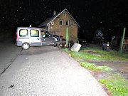 Opilý řidič začal ujíždět před policisty, skončil v plotě.