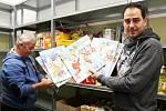 Adventní kalendáře udělají před Vánoci radost hlavně dětem. Regály Potravinové banky se postupně zaplnily.