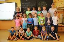 Prvňáčci z 1. C s třídní učitelkou Marií Bláhovou a asistentkou Márií Cihlářovou.