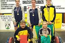 Úspěšné družstvo sokolovských žáků s trenérem Vlastimírem Klímkem