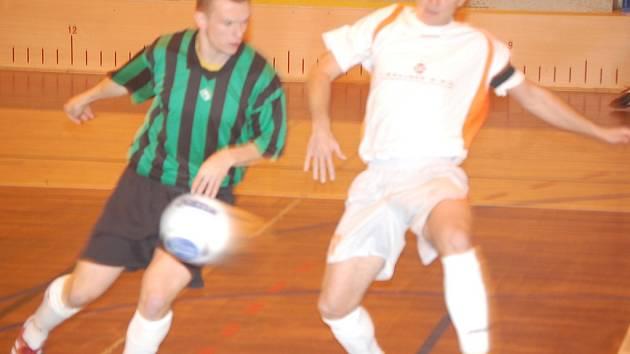 David Peřina (v bílém) se sice v utkání trefil, ale Materie stejně vysoko prohrála.