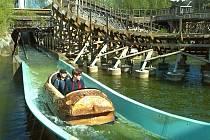 Freizeitpark Plohn a jeho vodní dráha. V pozadí horská dráha El Toro