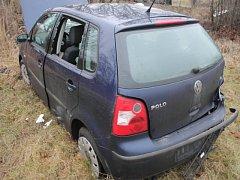 Řidič dostal na namrzlé silnici smyk. Z hrůzně vypadající nehody vyvázla posádka s lehkým zraněním.