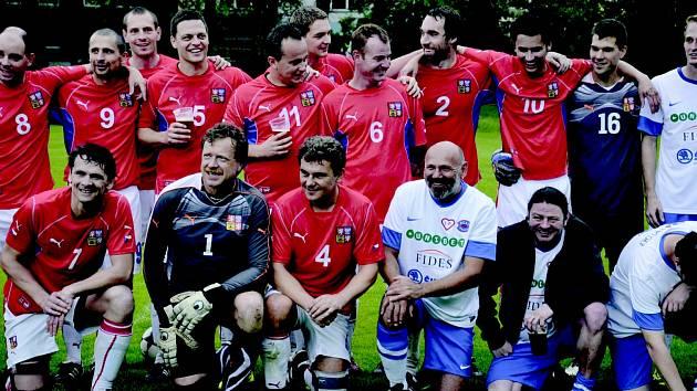 CHARITATIVNÍ fotbal pomohl Pomoci v nouzi. Na hřišti se objevil i Áda Větvička (vpravo dole) z Okresního přeboru, kterého hnali diváci ke gólu.