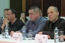 VĚCI VEŘEJNÉ v čele s Ladislavem Paštékou (druhý zprava) kritizují změny ve zpravodaji. Na zasedání zastupitelstva se svými výhradami ale zatím véčkaři nevystoupili.