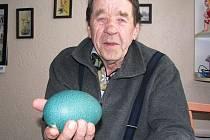 Chovatel František Plemeník z Vintířova ukazuje pštrosí vejce.