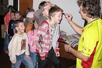 Děti z knihovny odcházely s typickým podpisem Adolfa Dudka, obrázkem dudka na obličeji nebo rukou.