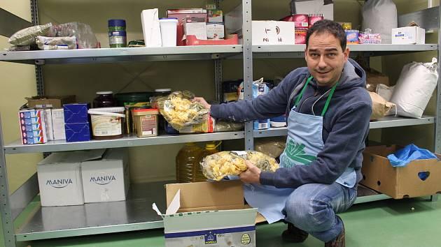 Potraviny i drogerie ze sbírky míří nejprve do Potravinové banky Karlovarského kraje. Na snímku ředitel Milan Hloušek.