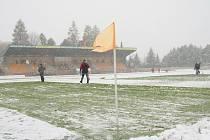 Hřiště druholigového Baníku Sokolov pokryl sníh