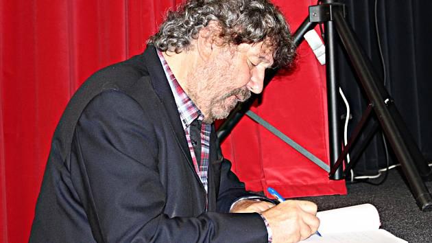 Režisér Zdeněk Troška diváky pobavil. Žádný ze zájemců neodešel bez podpisu či společné fotografie.