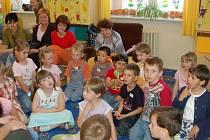 Maminky, které chtějí dát své děti o prázdninách do školky, si musí pohlídat termíny přihlášení.
