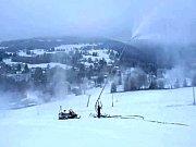 Skicentrum opravilo vleky a už zasněžuje.