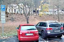 Parkovací dům nechtějí lidé v ulici Pod Nádražím, musela by mu ustoupit zeleň. Sepsali proto petici. A není to poprvé. V roce 2013 se postavili i proti výstavbě dětského hřiště.
