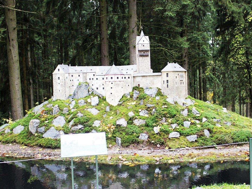 Hrad Loket v parku miniatur Boheminium v Mariánských Lázních.