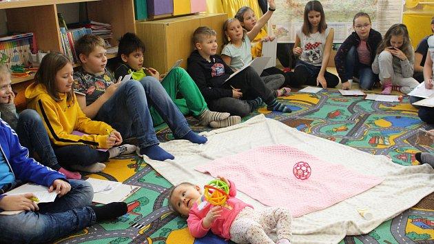 Osmiměsíční Agátka učí děti, jak se mají k sobě chovat.