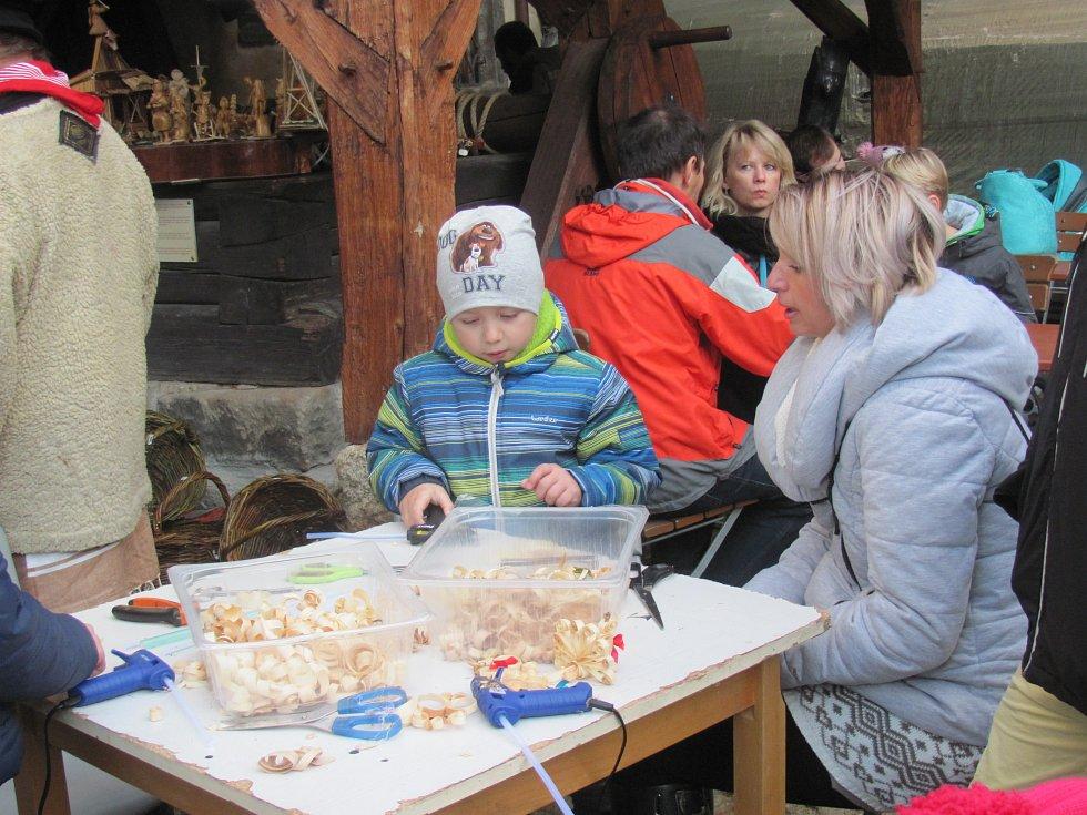 Děti si mohly vyrobit ozdoby z hoblin.
