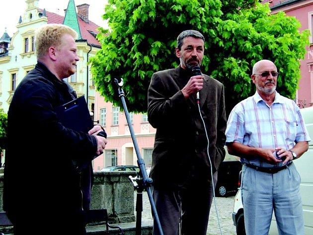 Na náměstí v Loketi hovořil s občany starosta města Jaroslav Hlavsa (uprostřed) a jeho zástupce Rudolf Flaška (vpravo).