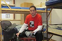 Noclehárnu provozuje od prosince v sokolovské Nádražní ulici Pomoc v nouzi. Její zaměstnanec Milan Hloušek připravuje klientům pantofle na přezouvání.