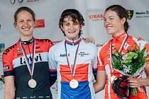 CYKLISTKA Zuzana Neckářová z Kraslic (vlevo) na stupních vítězů mistrovství ČR a Slovenska po boku  vítězky Martiny Sáblíkové, třetí skončila Barbora Průdková.