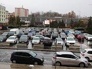Současné parkování na náměstí Budovatelů v Sokolově.