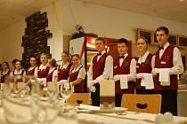 Obsluhu prezidenta u slavnostního oběda v chráněných dílnách zajistili studenti Hotelové školy v Mariánských Lázních.