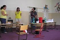 Torzo bývalé  přípravné třídy na zrušené 4. ZŠ v Sokolově. Všechny děti z této školy mají o týden delší prázdniny.