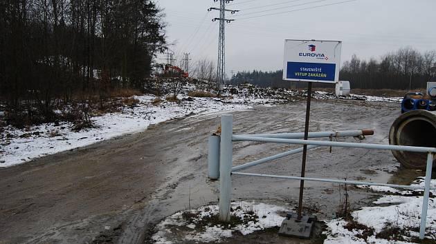 Výjezd ze stavby v Kraslické ulici v Sokolově