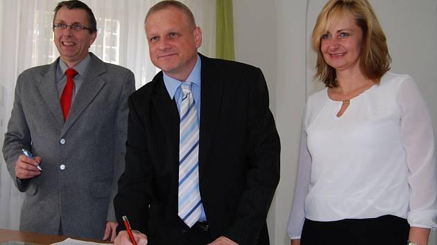 Vedení sokolovské radnice. Uprostřed starosta Sokolova Jan Picka spolu s místostarosty Karlem Jakobcem a Renatou Oulehlovou