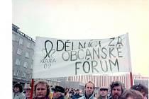 TISÍCE lidí se sešly na náměstí Budovatelů v Sokolově.