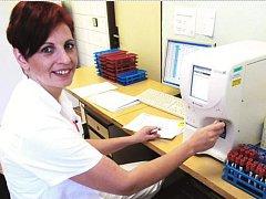 Štěpánka Bísková, vrchní laborantka transfuzního oddělení Nemocnice Sokolov.