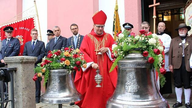 Nové zvony svatý Vavřinec a svatý Florián nahradily ve zvonici kostela původní zvony zničené za 1. světové války.
