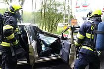Nehoda cisterny a osobního vozu u Vřesové. Hasiči cvičili ostrý zásah.