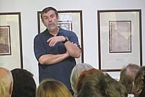 O životě, své literární tvorbě a také o životě našich předků zábavně vyprávěl v loketské knihovně Vlastimil Vondruška.