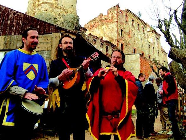 Středověká muzika vítala návštěvníky hradu Hartenberg. Ten bude přístupný lidem každou sobotu.