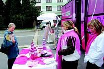 Růžový autobus zastavil v Sokolově