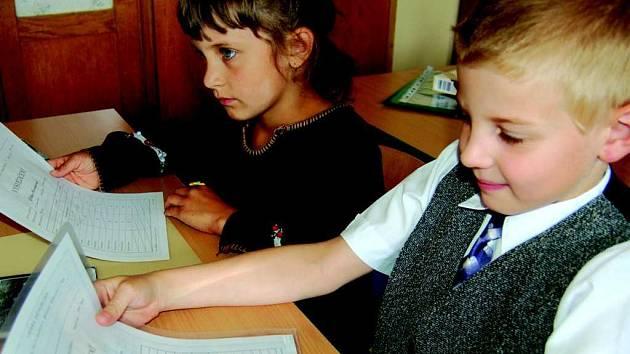 Samé jedničky dostali včera prvňáčci na jedné ze sokolvských základních škol