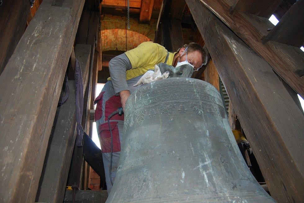 Oprava zvonu Jan Vilém v Chodově