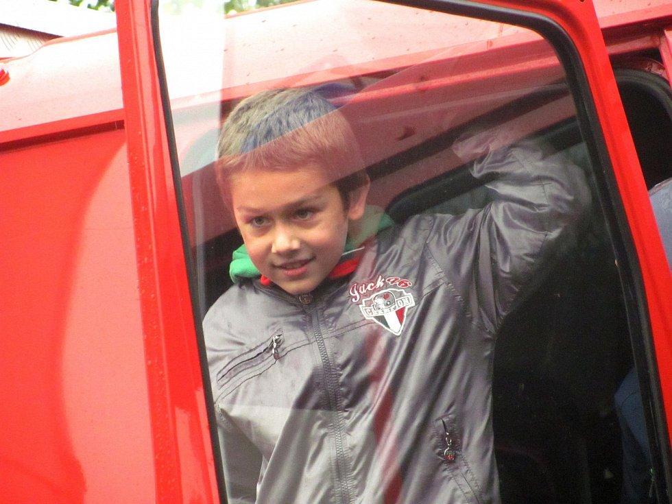 PROHLÍDKU aut a hasičské techniky si užívaly především děti.