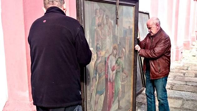 ODVOZ prvních čtyř obrazů křížové cesty z kostela svatého Vavřince.