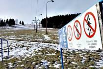 BEZ SNĚHU a lyžařů jsou některé krušnohorské skiareály. Na snímku Krajka v Kraslicích. Fo
