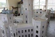 V modelářské dílně už čeká na převoz do parku miniatur zatím největší z modelů, zámek Hluboká.