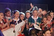 MIRÁKL. Fotografie zachycuje radost tanečnic po úspěchu na MS