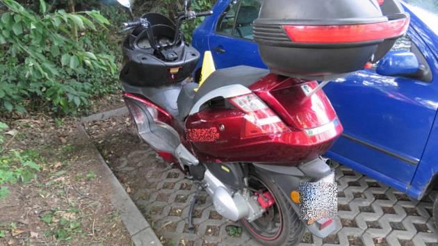 Motocyklista z místa nehody odjel.