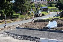 Stavební ruch vládne pořád ve Slavkově. Budují se nové chodníky, zastávky, parkovací stání.