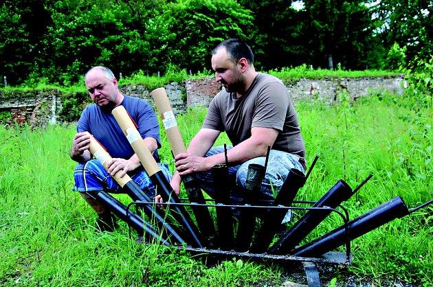 NA SOUTĚŽ ohňostrojů se už celé týdny připravují odpalovači z Kraslic. Na snímku si techniku kontroluje Tomáš Cvek (vlevo) a Marian Horvath.