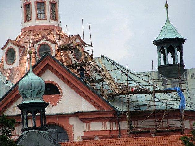 Oprava chrámu v Chlumu Svaté Maří.