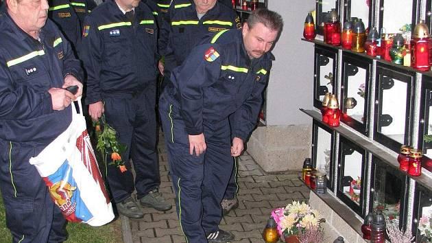KAŽDÝ ze zesnulých dobrovolných hasičů z Lomnice dostal od svých současných kolegů květinu a zapálenou svíčku.
