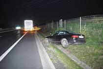 Kamion vytlačil osobák ze silnice.
