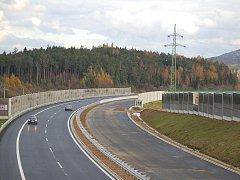 Nový úsek silnice R6 Kamenný Dvůr - Tisová měří 7,5 kilometru.