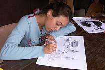 Mladí výtvarníci se snaží věrně zachytit atmosféru hradu Hartenberg a jeho okolí.